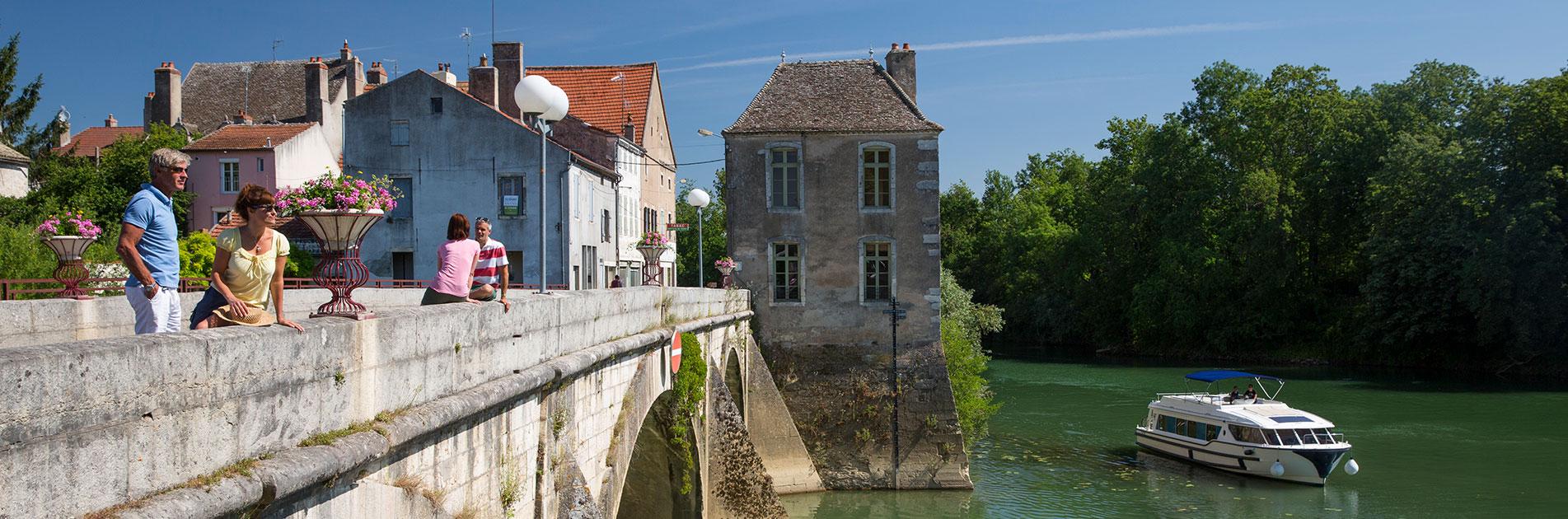 Folk på bro i Bourgogne