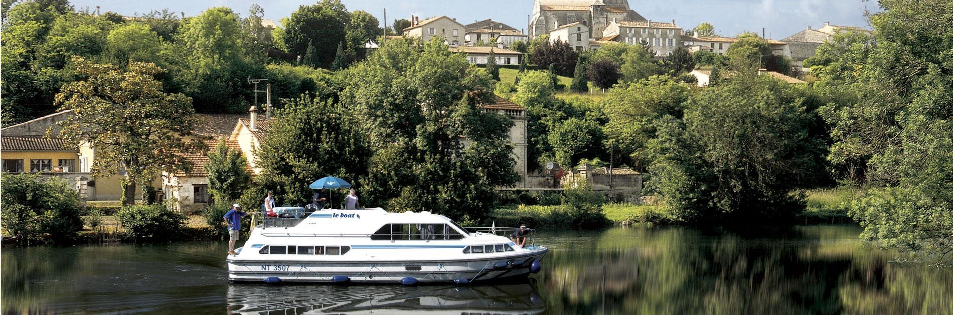 Rolig sejlads forbi landsby i Charente