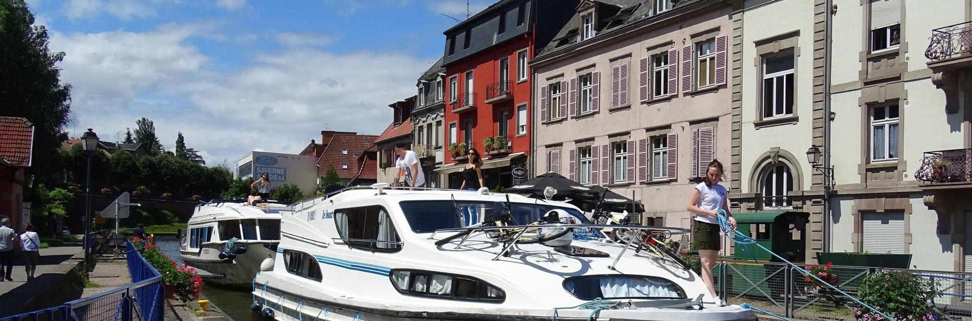 Flodbåde på kanal i Alsace