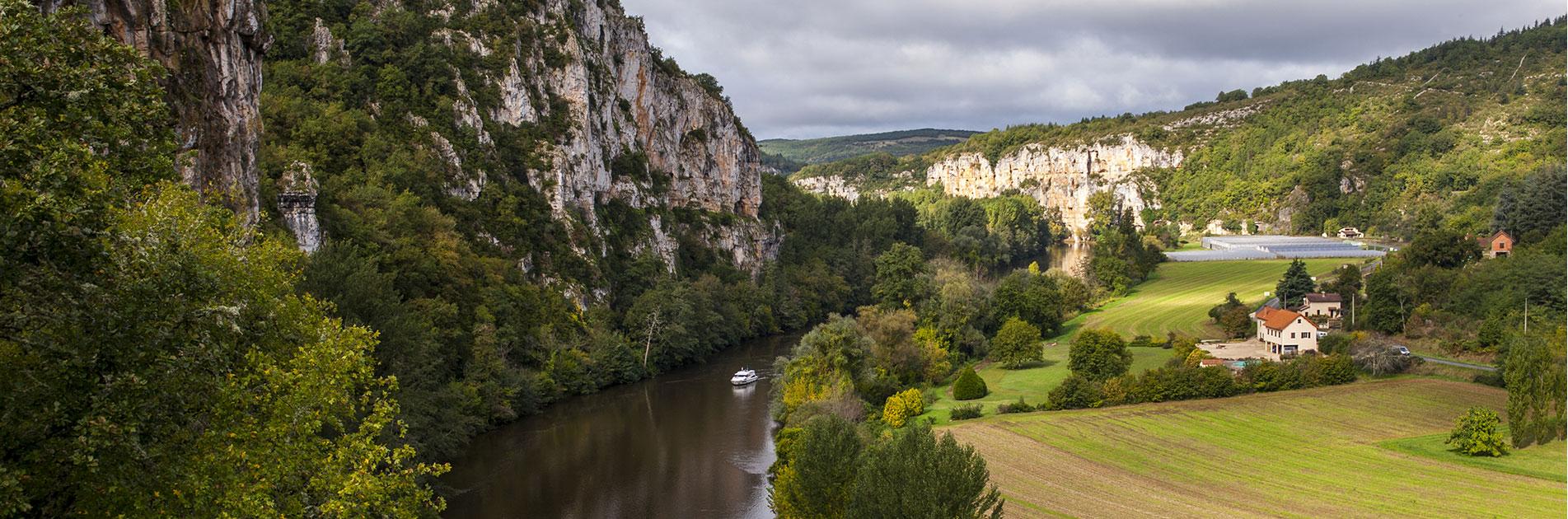 Imponerende klipper langs Lot-floden