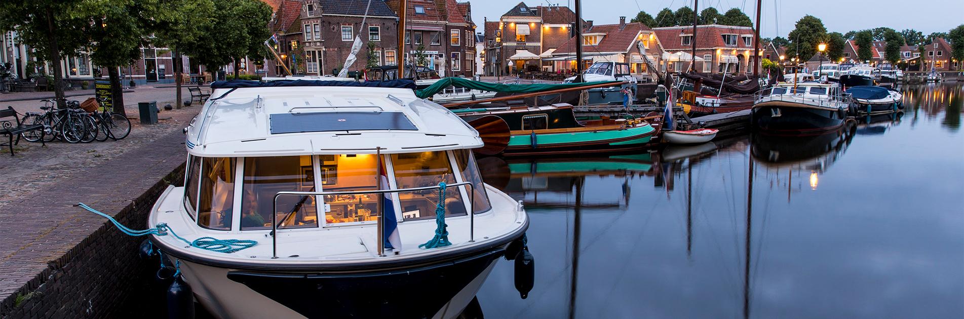 Flodbåd lagt til kaj i Friesland