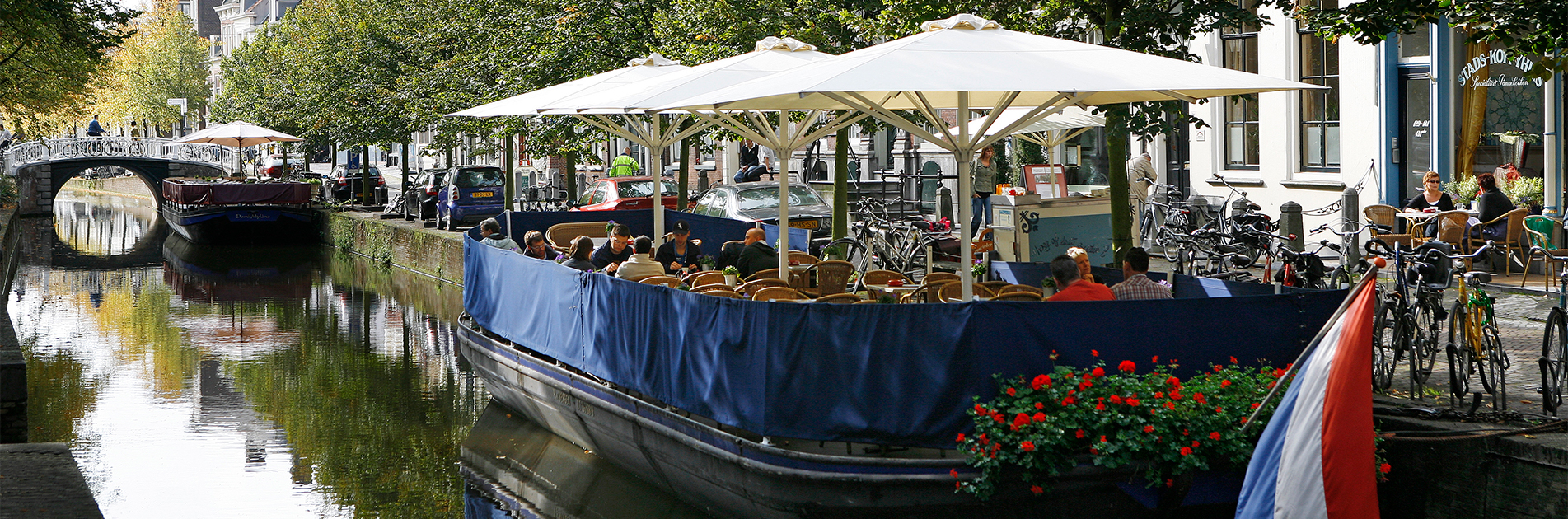 Flydende restaurant på kanal ved Amsterdam