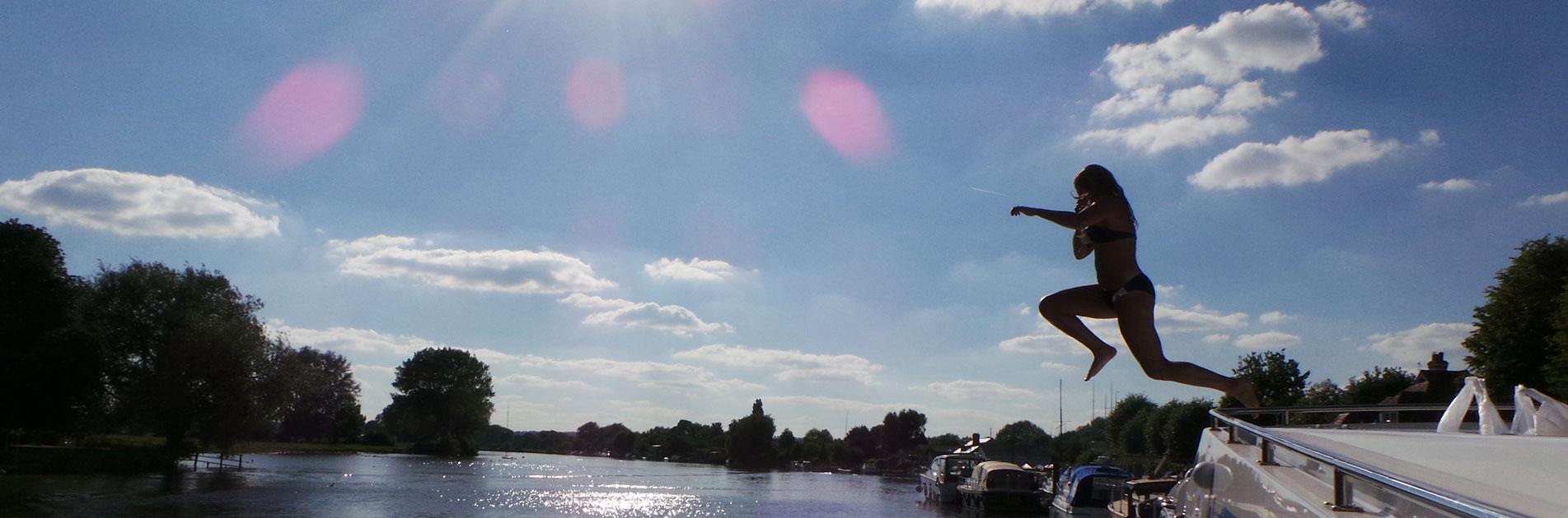 Svømmer hopper i vandet i Bristol-området