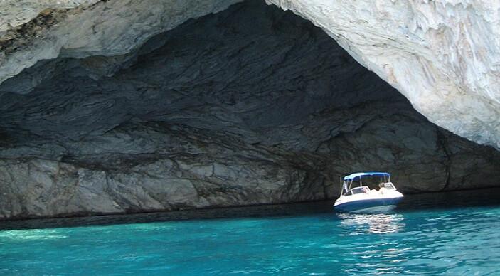 Oplev badning i grotterne ved Meganisi